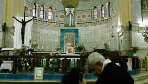 Une jeune musulmane parle à son grand-père à la basilique d'Alger
