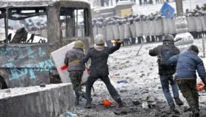 La police ukrainienne lance un assaut contre les manifestants retranchés derrière des barricades non loin de Maïdan.