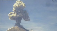 Images impressionnantes de l'éruption d'un volcan près de Mexico, le 6 octobre 2015.