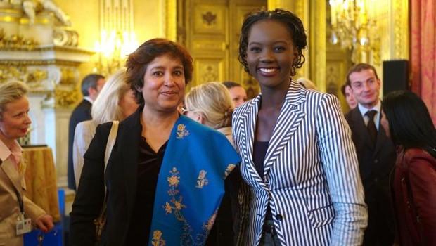 Taslima Nasreen recevant le prix Simone de beauvoir des mains de Rama Yade (mai 2008)