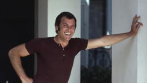 """Tony Curtis sur le tournage d'""""Amicalement vôtre"""" en 1970"""