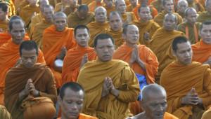 Des moines priant à la mémoire des victimes du tsunami. (26 décembre 2009)