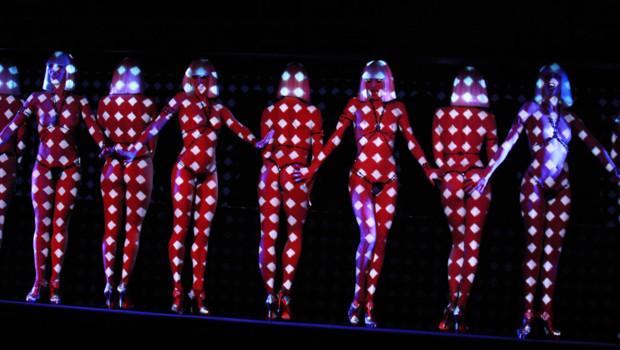 """Extrait du spectacle """"Feu"""" du Crazy Horse présenté par Christian Louboutin. Le 29 février 2012."""