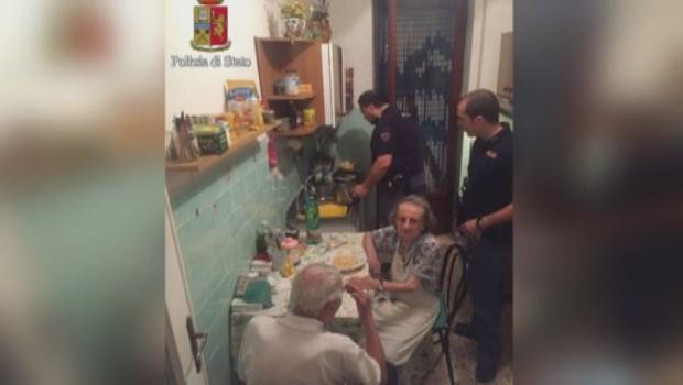petits vieux et police italienne qui cuisine des pâtes