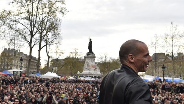 """Yanis Varoufakis sur la place de la République avec le mouvement """"Nuit Debout"""", le 16/04/16"""