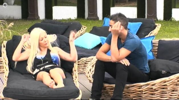 Après Jessica, Vivian s'attaque à Julie. De même, il tente de brouiller les pistes.
