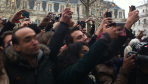Des centaines de personnes s'étaient massées sur les Champs-Elysées pour tenter d'apercevoir David Beckham, le 28 février 2013.