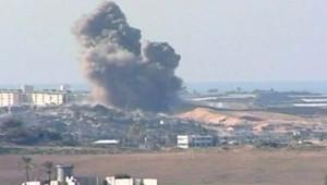 Explosion dans la bande de Gaza, pendant les tirs d'artillerie précédant l'offensive terrestre (3 janvier 2009)