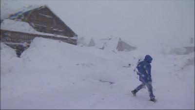 Le 13 heures du 24 février 2015 : Il neige (toujours) dans les Pyrénées : commerçants et vacanciers sont ravis - 1569.316