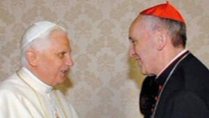 Le futur Pape François et Benoît XVI se sert la main lors d'une rencontre au Vatican, le 13 janvier 2007.