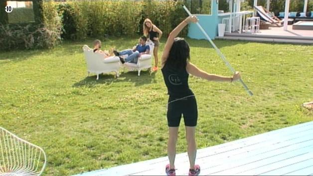 Pendant que Sara et Steph interroge Vivian, Nathalie observe la scène de loin en faisant son sport.