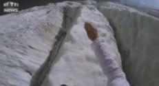 Un homme court caméra sur le front dans les Alpes