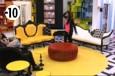 Jessica rejoint Vivian et Leila qui discutent dans le salon.