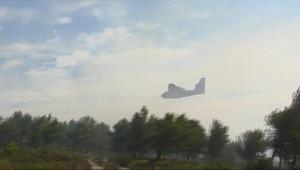Canadair survolant le lieu du premier gros feu de l'été dans les Bouches-du-Rhône (25 juillet 2010)