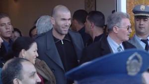 TF1/LCI : Zinedine Zidane très entouré lors de sa visite en Algérie