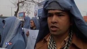 Des hommes en burqa défilent dans les rues de Kaboul en soutien aux femmes