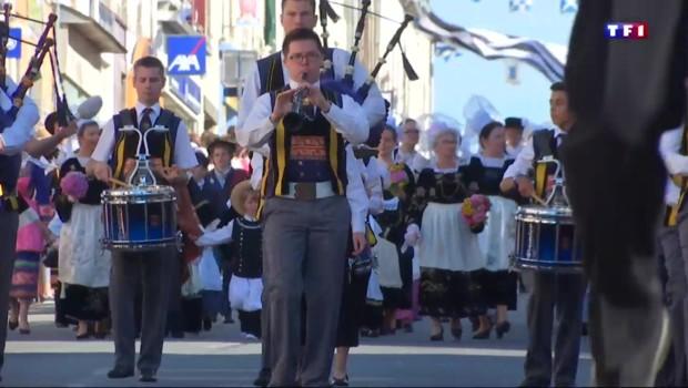 A l'occasion du festival de Concarneau, la tradition du costume breton perdure