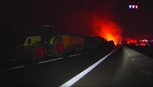 En Bretagne, les agriculteurs bloquent la route pour réclamer l'ouverture du dialogue avec le gouvernement