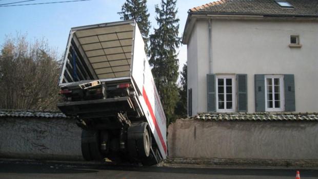 Le camion de déménagement traverse le mur après que ses freins ont lâché.