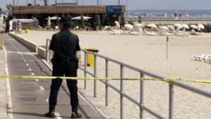 Un policier en faction devant un restaurant de Majorque, le 9 août