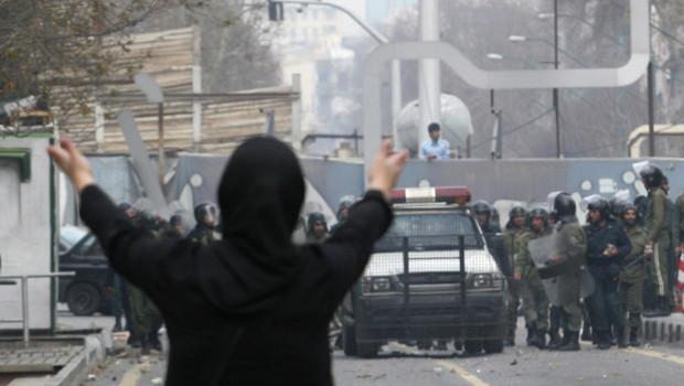Le face à face entre opposants au régime et la police, à Téhéran, le 27 décembre 2009.