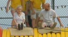 Une vieille dame de 96 ans fait du toboggan dans un parc d'attractions.
