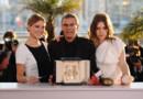 """Le réalisateur Abdellatif Kechiche entouré des actrices Léa Seydoux et Adèle Exarchopoulos avec la Palme d'or pour le film """"La Vie d'Adèle"""""""