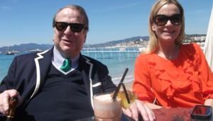 Paul-Loup Sulitzer et Olivia Serna Sulitzer, le 23 mai 2012, sur la plage du Martinez, à Cannes