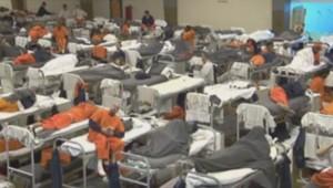 Des détenus dans l'immense dortoir d'une prison américaine.