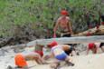 Koh-Lanta Vietnam - Les 2 équipes doivent creuser un trou sous la rambarde afin de laisser passer leur chargement