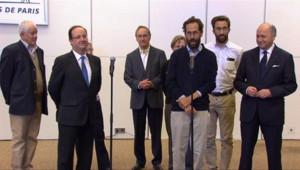 François Fillon et Laurent Fabius entourant les ex-otages français au Nigeria après leur arrivée à Paris, le 20 avril 2013.