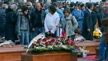 Recueillement devant les cercueils des victimes du séisme à L'Aquila (10 avril 2009)