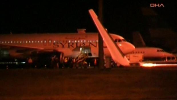 Avion de ligne syrien lors d'une escale forcée à Ankara (11 octobre 2012)