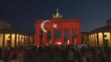 La porte de Brandebourg illuminée aux couleurs du drapeau turc, en hommage aux victimes de l'attentat