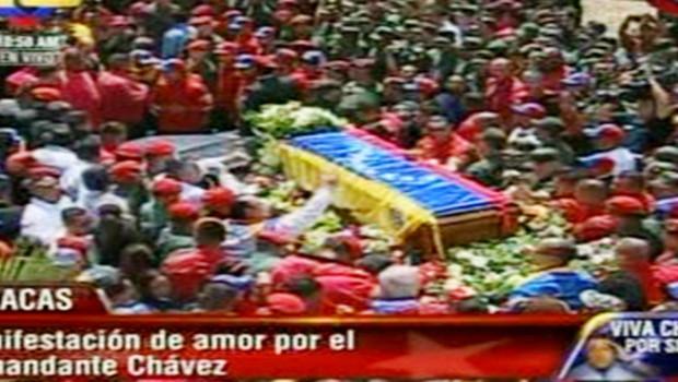 Le cercueil d'Hugo Chavez montré à la télévision brésilienne (6 mars 2013)