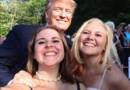 Emma, 15 ans (à gauche) et sa soeur Addy, 17 ans, prennent un selfie avec Donald Trump. Le projet de ces deux soeurs ? Prendre un selfie avec tous les candidats à la Maison-Blanche pour 2016.