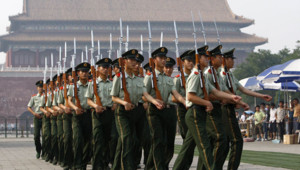 Des soldats chinois sur la place Tiananmen à Pékin