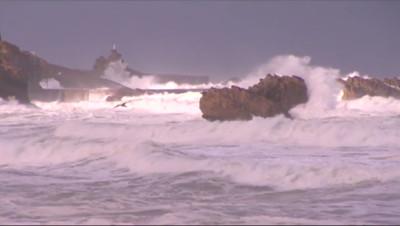 Le 13 heures du 24 février 2015 : A Biarritz, le spectacle des grandes vagues séduit les visiteurs - 57.729000000000006