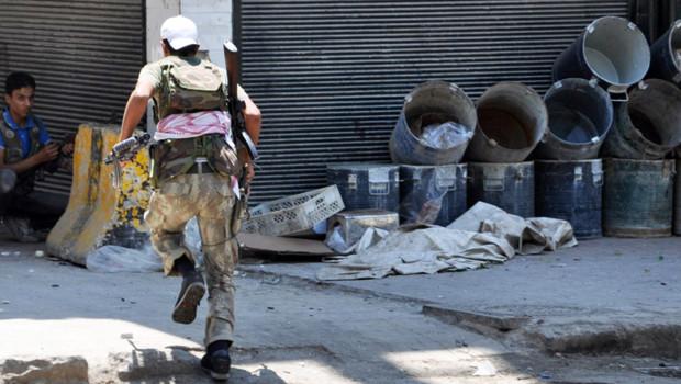 Un opposant syrien se bat dans les rues d'Alep, le 25 juillet 2012.
