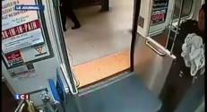 Elle accouche dans le métro de Philadelphie aidée de deux policiers