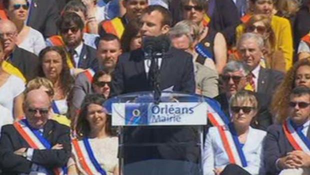 Emmanuel Macron rend hommage à Jeanne d'Arc à Orléans.