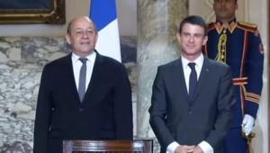 Jean-Yves Le Drian et Manuel Valls, au Caire, le 10/10/15