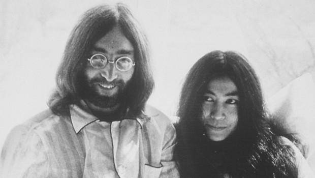 """John Lennon et Yoko Ono en 1969 organisent un """"bed-in"""" pour la paix à Montréale au Canada."""