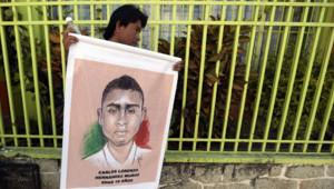 Un homme tient une pancarte lors d'une manifestation pour demander le retour des 43 étudiants mexicains disparus