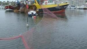TF1/LCI : chalutier participant au blocus du port d'Arcachon, ce week-end, pour protester contre le prix du gazole