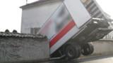 Les freins lâchent, un camion traverse un mur