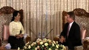 Jim Webb rencontre l'opposante Aung San Suu Kyi