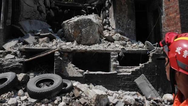 Un secouriste dans la ville chinoise de Yiliang (sud-ouest), durement frappée par un séisme vendredi qui a fait au moins 80 morts.