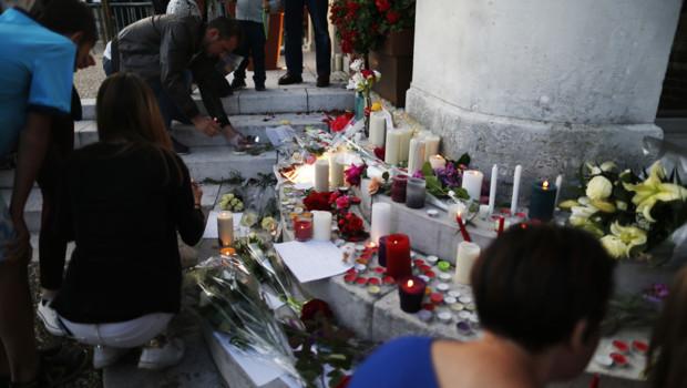 Des bougies, des fleurs et de nombreux messages ont été déposés devant l'église de Saint-Etienne-du-Rouvray