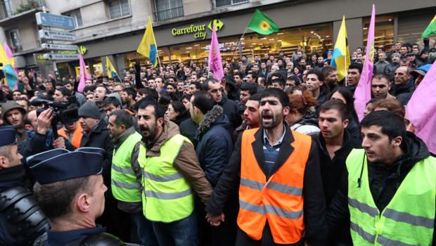 Des membres de la communauté kurde se sont spontanément rassemblés jeudi matin devant l'immeuble parisien où ont été assassinées trois militantes kurdes.